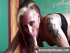 Tattoooed hooker sucks klientu