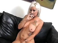 Chaud Tatoué Busty Blonde Cougar Lana Phoenix