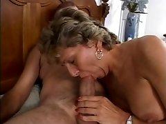 בוגר מקבל המלוכלכת שלה בתחת זיין