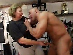 debela baka anal radi u teretani
