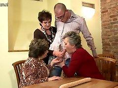 奶奶奶奶和奶奶耍了年轻的女孩
