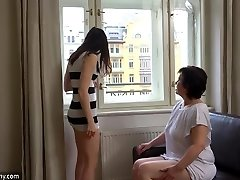 OldNanny Seksīga meitene masturbē matains vecenīte incītis