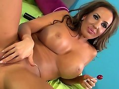 Suntanned mommy with bog titties Richelle Ryan
