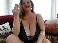 Mature plumper have fun solo on cam