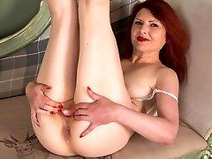 लाल बालों वाली परिपक्व युगल सोलो