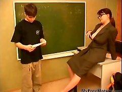 Η γιαγιά Δάσκαλος n Έφηβος Αγόρι