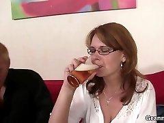 Bêbado, a mãe recebe a sua boceta perfurado