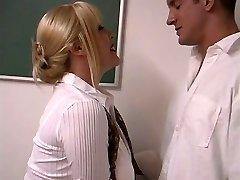성숙한 금발을 가진 거대한 가슴을 조이는 학생들은 교실에서