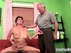 दादी fucks जबकि उसके पति देखता है