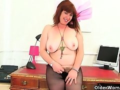British cougar Janey and Leia finger their mature coochie