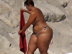 खूबसूरत विशालकाय महिला बड़ी गांड समुद्र तट पर