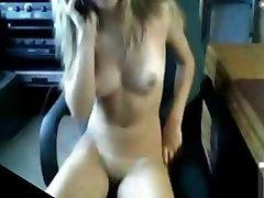 Masturbuojantis mergina įstringa jos mama
