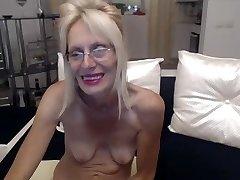 Horny granny se masturber