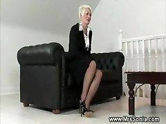Gammal dam visar hennes stygga underkläder