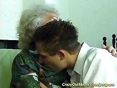 sena mama, jaunas berniukas