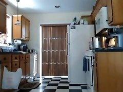 Virtuves nudism mana mamma par spiegu kamera
