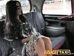 FakeTaxi Super karšta posh totty, backseat sušikti