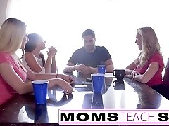 MomsTeachSex Hot Mom & Adolescente Amigos Orgía de Mierda Con el Vecino