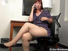 American Plumper cougar Scarlett has phone sex in office