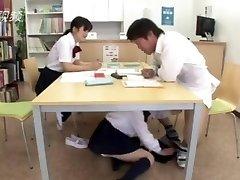 xxx... fuck meitene, japāņu bibliotēkas zem galda