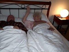 जल्द ही पूरा वीडियो देखो! दादी नोर्मा उसके पति पर धोखा देती है