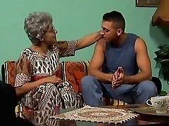 Una abuelita en gafas y su joven stud