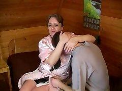 Gamle plumpe mor med hengende bryster & fyr