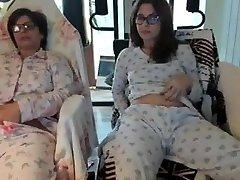 anya és lánya a webkamera előtt