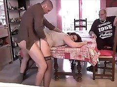 गर्म माँ कॉर्नने घर के कामकाज के दौरान गड़बड़ कर दिया ।