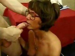 צרפתי בוגרת עם משקפיים