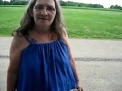 Močiutė gatvės prostitute pučia į automobilį