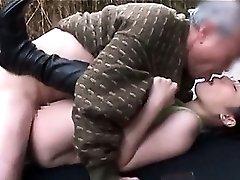 Slutty nastolatek Япончика brunetka bierze dojrzały członek w jej mokre dziury