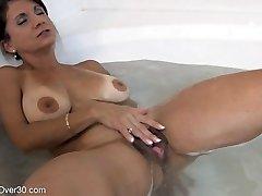 Tori Baker masturbación en la bañera