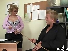 Scorching office sex with mature super-bitch