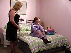Η γιαγιά spanks εγγονή 1