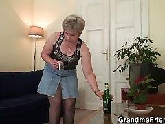 Sena močiutė dvigubai skverbtis