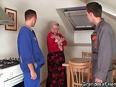 Two repairmen fuck busty grandma from both concludes