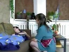 Μελαχρινή ρωσίδα μαμά σε νάυλον και τον ξυπνάει για λίγο τον πούτσο καβάλα