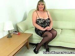 Briti milf Alisha Rydes kannab seksikas sukad ja mängib