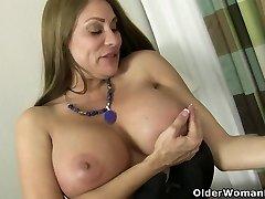 Ameerika milf Sheila mängib nailonist ja kõrged kontsad