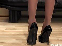 Anique बहुत अच्छा जूता चरणों में एक काले उच्च ऊँची एड़ी के जूते