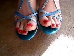 सेक्सी पैरों में नीले रंग के सैंडल