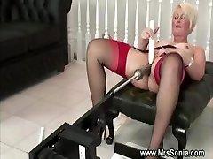 Vanhempi nainen käyttää vitun kone