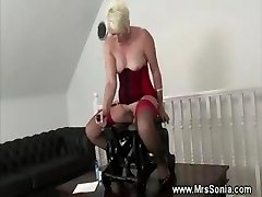 Mature dame inserted by screwing machine