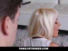 FamilyStrokes - गर्म सुनहरे बालों वाली बाहर फैला है और गड़बड़