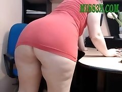 Old mature mom showcase her beautiful massive booty