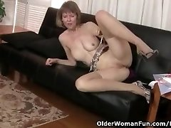 American milf Jamie Foster stretches her inviting cooch