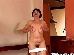 Plus de 70 granny ne strip-tease et se masturbe