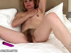 Isabella toys her hairy mature cunny