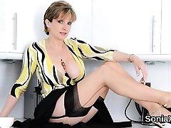 Neištikimas britų brandus ponia sonia rodo ne savo big boobs